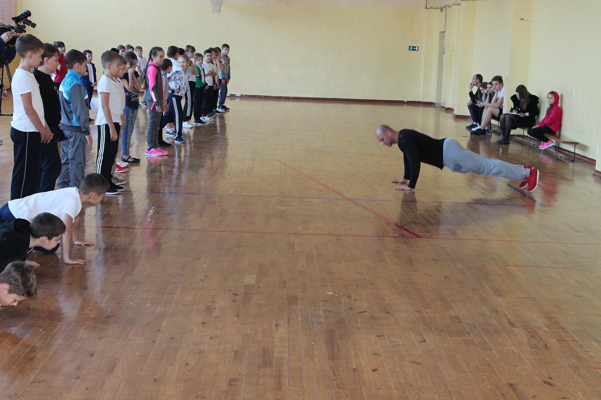 Школьники Саранска провели зарядку с чемпионом мира по атлетическому фитнесу