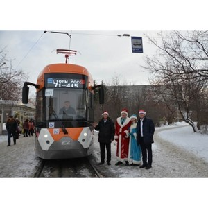 В Екатеринбурге Дед Мороз проехал на новом трамвае «Уралвагонзавода»