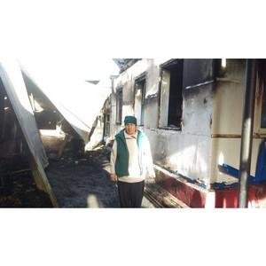 """Представители партии """"Единая Россия"""" оказали материальную поддержку пострадавшим сгоревшего дома."""