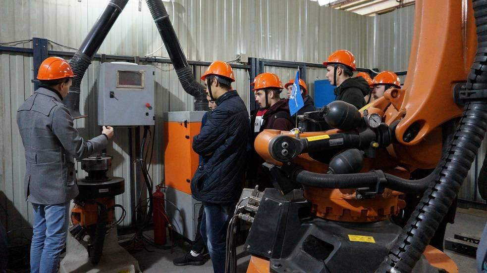 Студенты физтеха на практическом занятии в Региональном центре лазерных технологий