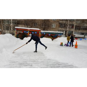 «Молодежка ОНФ» в Мордовии очистила от снега площадку соцприюта и провела игры для детей