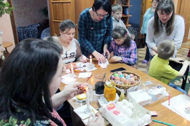 Активисты ОНФ провели для детей из социального приюта мастер-класс по славянской писанке
