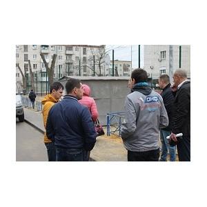 ¬ ¬олгограде после замечаний активистов ќЌ' устран¤т недостатки ремонта двора по улице оммунальной