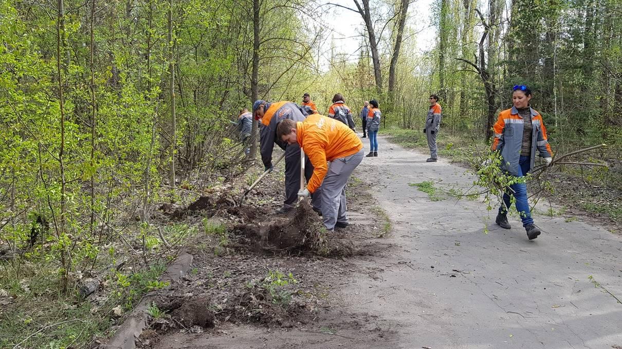 —отрудники ЂЋипецкцементаї вышли на экологический субботник в Ќижний парк