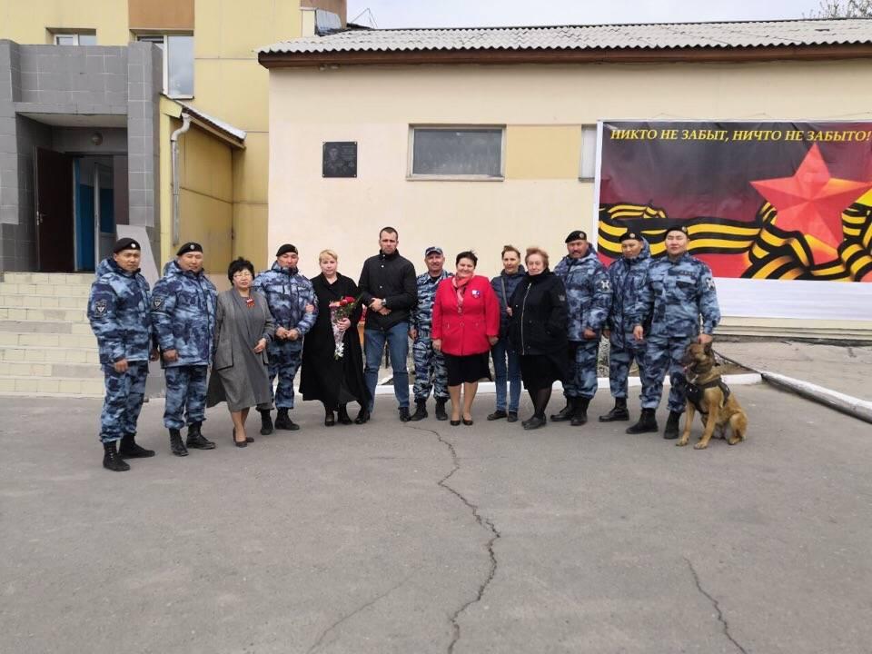 В Кызыле росгвардейцы увековечили память боевого товарища мемориальной доской