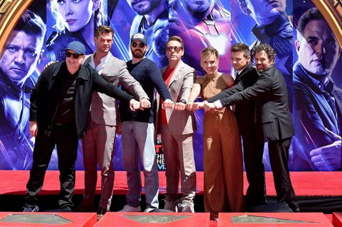 Звезды «Мстителей» увековечили своё наследие, оставив отпечатки рук у кинотеатра TCL в Голливуде