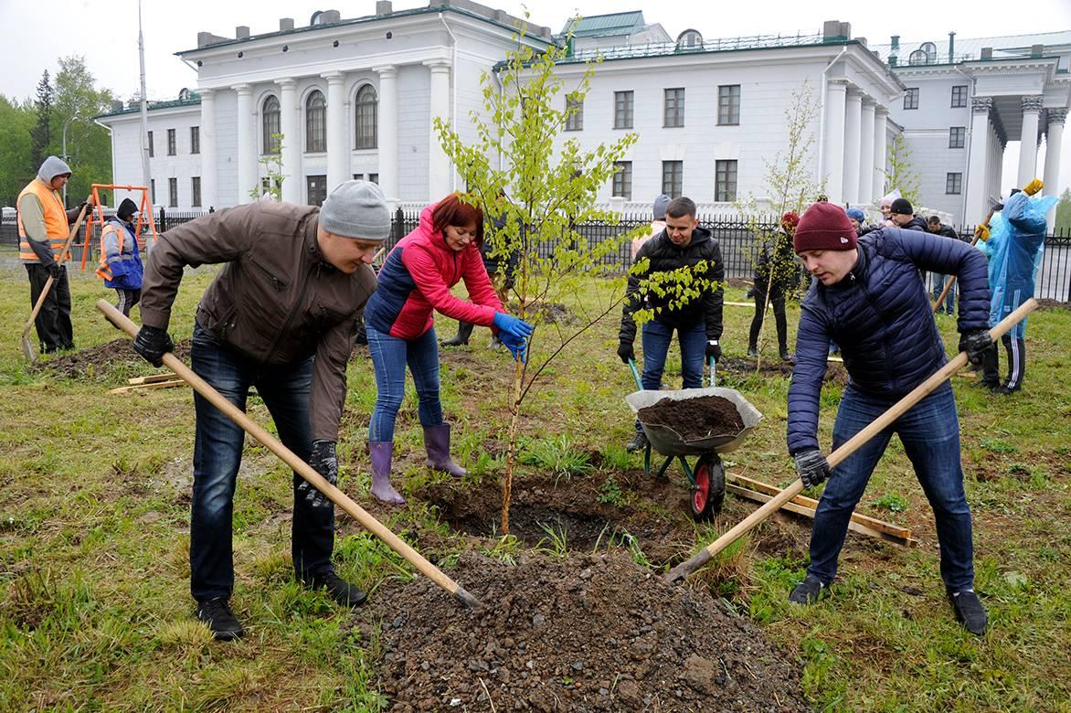 Уралвагонзавод благоустраивает игровую площадку для детей