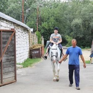 Иппотерапия: маленькие пациенты Ставропольской психбольницы посетили конно-спортивный клуб