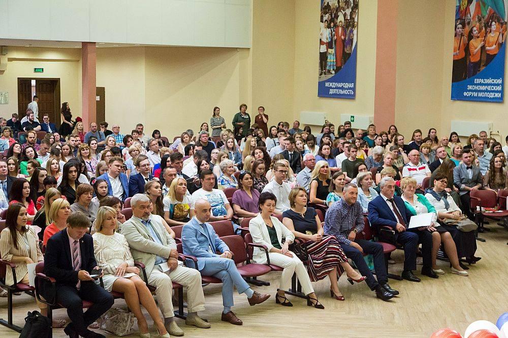 Более 500 бакалавров успешно завершили обучение