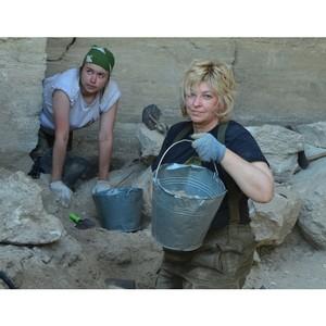 Елена Цунаева с участниками поисковой экспедиции «Аджимушкай» восстанавливает историю обороны каменоломен Крыма