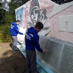 Студенческие отряды Тверьэнерго приняли участие в благоустройстве воинских мемориалов