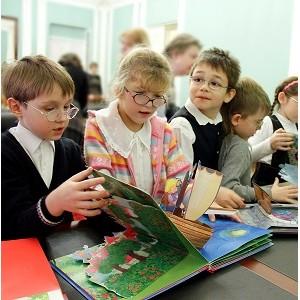"""'онд """"—ј'ћј–"""" ћихаила √уцериева подарил новые комплекты книг слабовид¤щим дет¤м"""