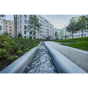 В саду проекта «Полянка/44» созданы ручей и фонтан с питьевой водой