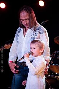 26 ноября в Москве прошел юбилейный гала-концерт Василия Акимова, легендарного вокалиста рок группы МОНОМАХ
