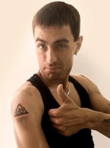 100 человек стали носителями тату-логотипа «220 Вольт»