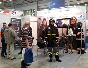 Пожарные участвуют в создании «боёвки» прямо на выставке