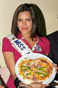 Мисс Интерконтиненталь 2009 года в Москве научили готовить пиццу
