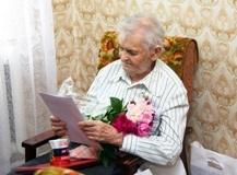 Работники Курскэнерго поздравили с 90-летием фронтовика Николая Коняева