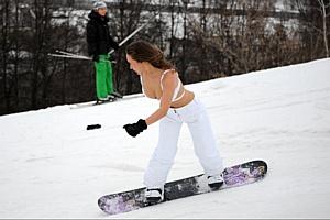 Спуском в купальниках сноубордисты закрыли зимний сезон 2011\2012