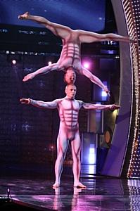Всемирно известные акробаты братья Гринченко прилетели без костюмов.