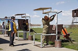 Таможенники соревновались в стрельбе из винтовки по летающим тарелкам