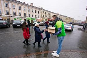 Водители «ГрузовичкоФ» раздали девушкам фургон мороженого