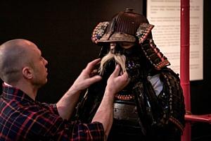 В Киеве на девушку одели самурайский боевой доспех XVIII века