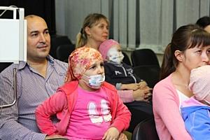В рамках проекта «С миру по елке» детям показали спектакль «Таинственный гиппопотам»