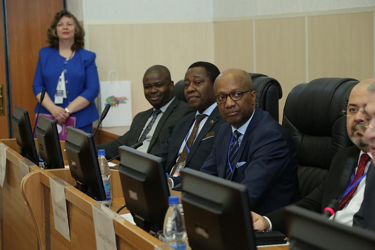 Участники форума обсудили геополитические вопросы с дипломами стран Африки и Ближнего Востока