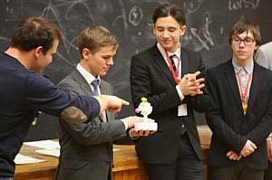 НГУ встретил юных физиков лекцией о квантовом компьютере и историей про Лондон