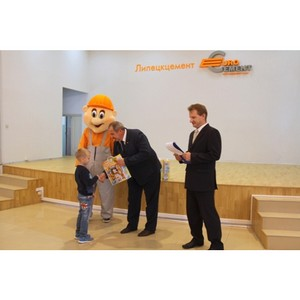Первоклассники получили в подарок наборы школьных принадлежностей от предприятия «Липецкцемент»