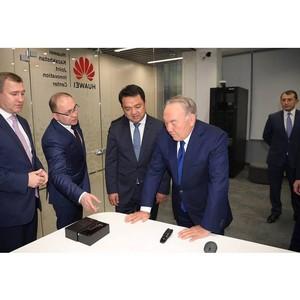 Нурсултан Назарбаев посетил совместный инновационный центр Huawei в Астане