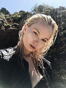 Топ-модель Анна Белис выпустила дебютный сингл