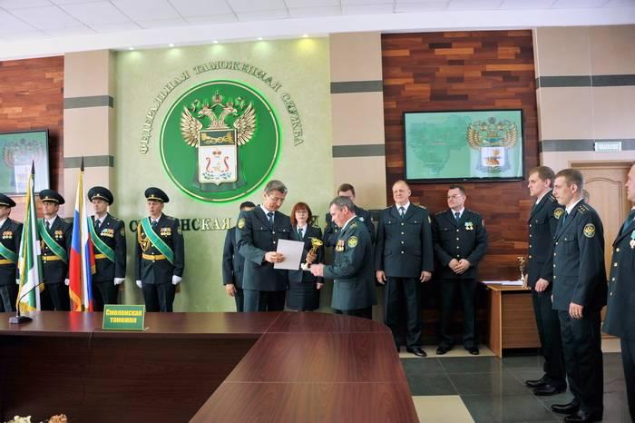 Вновь принятые таможенники приняли присягу, а ветеранам вручили награды