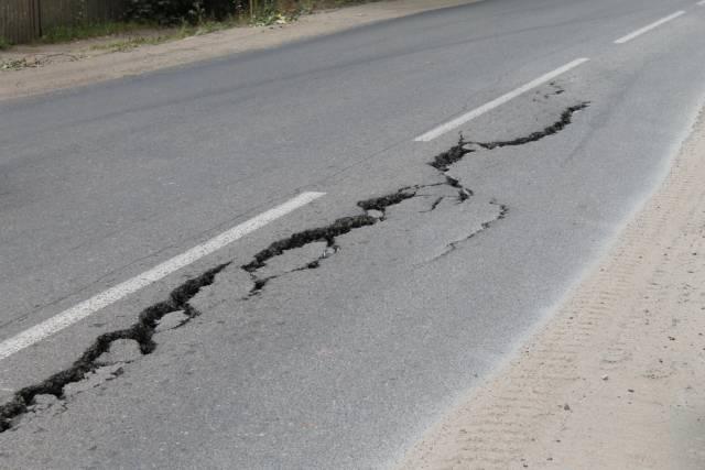 Кировские активисты ОНФ будут добиваться устранения трещины в асфальте на улице Ульяновской