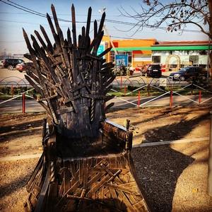 Трон из «Игры престолов» установили в «Гармонии»