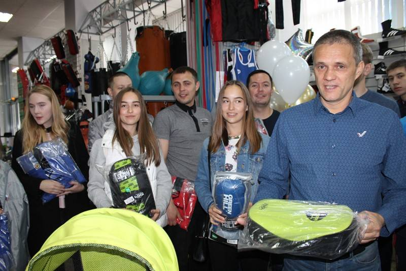 Челябинские активисты ОНФ вручили спортивные подарки школе олимпийского резерва