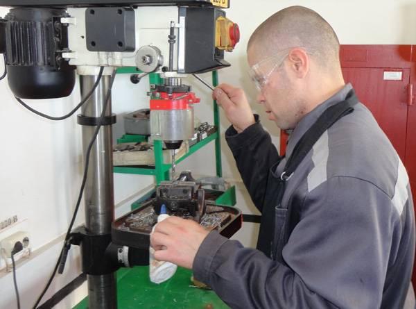 В кемеровских ИК-5 и ИК-43 обучили на  слесарей-инструментальщиков, бетонщиков, токарей и каменщиков
