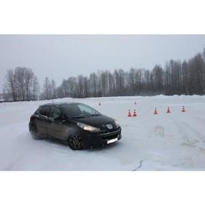 Команда «Молодежки ОНФ» в Коми провела бесплатный урок контраварийного вождения в Сыктывкаре