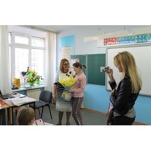«Молодежка ОНФ» в Югре поздравила своих первых учителей