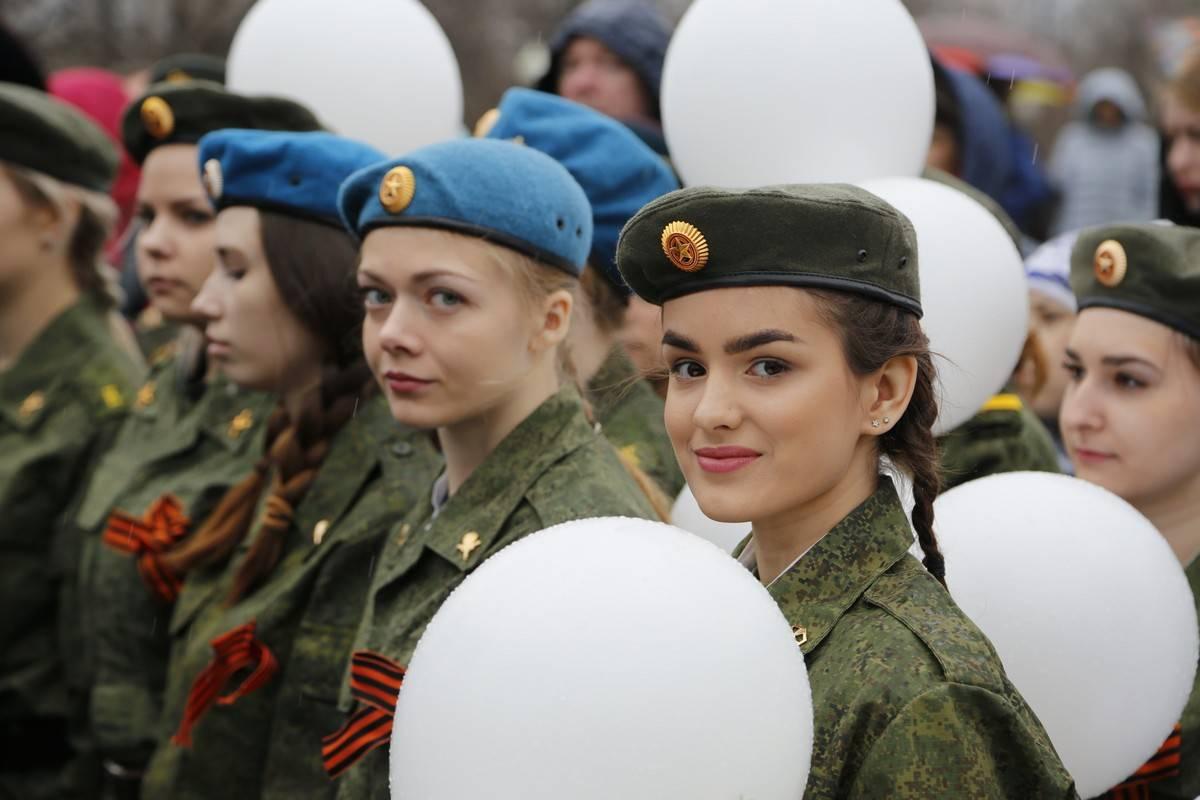 Несколько сотен человек прошли перед университетом торжественным парадом и в «Бессмертном полку»