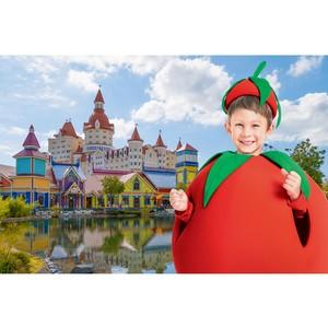 Гости Сочи Парка примерят костюмы фруктов из телевизионной рекламы