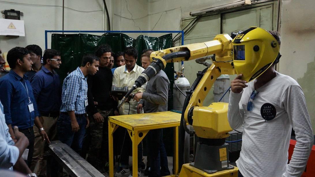 Студенты из Индии познакомились с инновационными лазерными технологиями