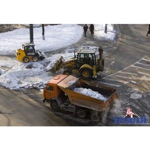Спецтехника выехала на уборку снега возле крупного торгового центра на севере Москвы