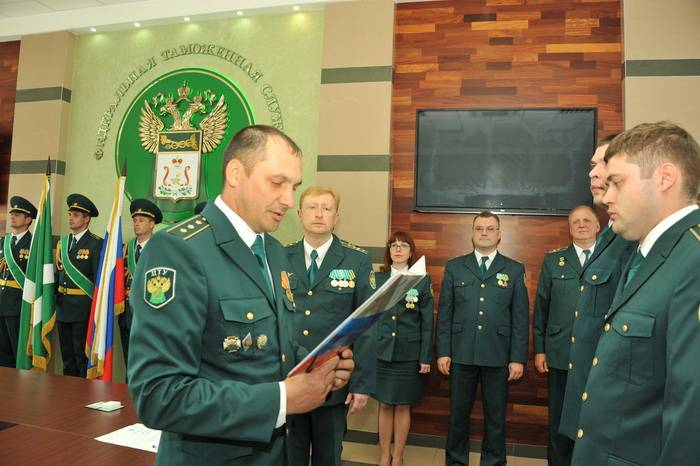 Вновь принятые таможенники приняли присягу, а ветерану  вручили награду