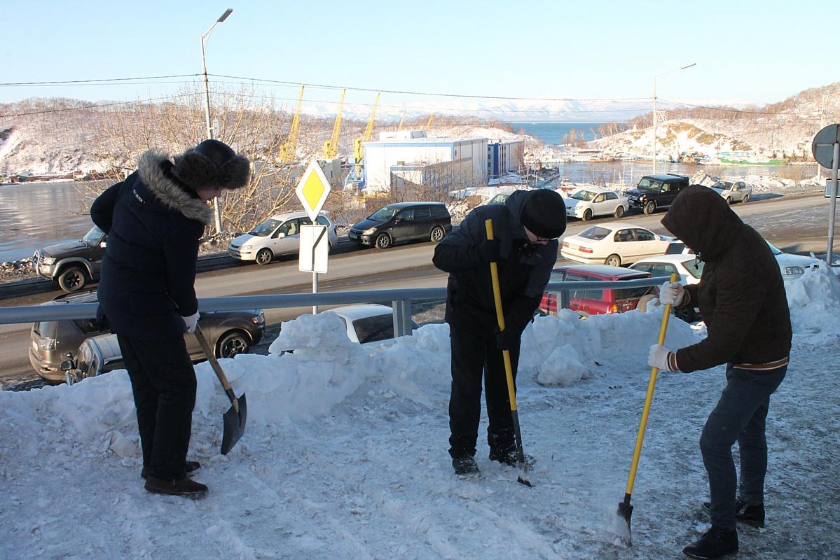Команда «Молодежки ОНФ» на Камчатке расчистила от снега дороги к социальным объектам
