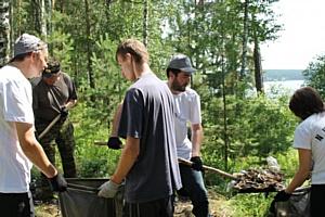 Челябинские активисты Народного фронта очистили от мусора берег озера Большой Еланчик