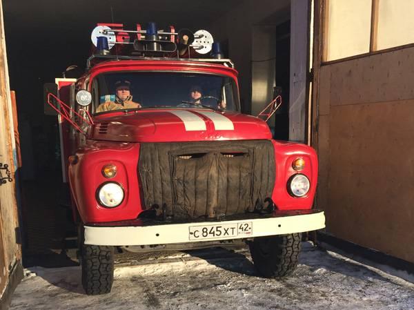 В Кузбассе сотрудники ИК-37 приняли участие в тушении пожара двух домов в поселке городского типа Яя
