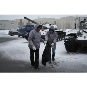 Активисты ОНФ очистили от мусора мемориал «Площадь Памяти» в Новом Уренгое
