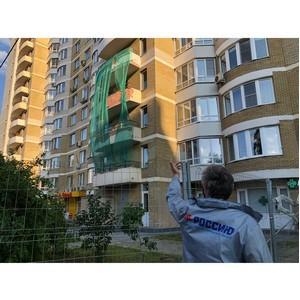 ћосковские активисты ќЌ' прос¤т власти отремонтировать аварийный фасад дома в ёжном ћедведково